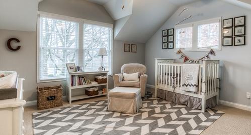 комната новорожденного с серыми стенами