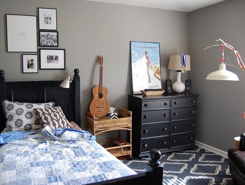 комната подростка с серыми стенами