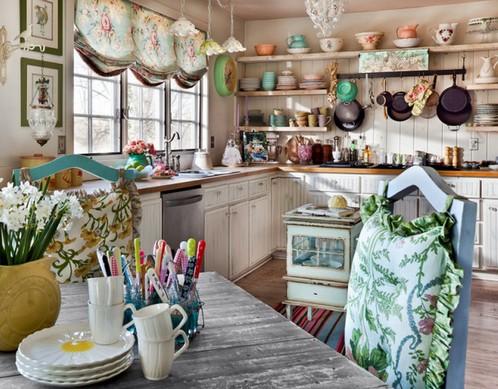 короткие шторы в цветочек на кухне