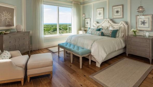 кровать и тумбочки разного цвета