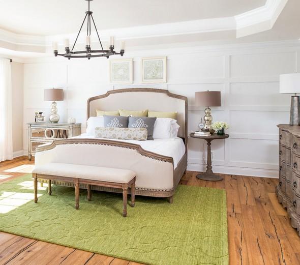 разные прикроватные столики возле одной кровати