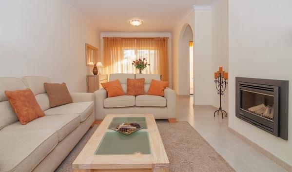 диван в центре комнаты