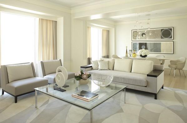 диван в центре гостиной