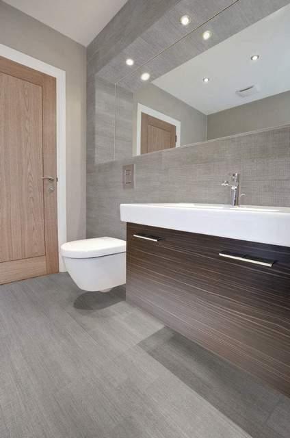 серая плитка в ванной комнате и туалете
