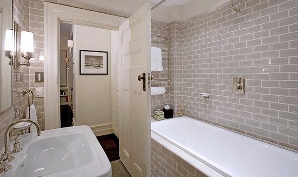 серая плитка кабанчик в классической ванной комнате