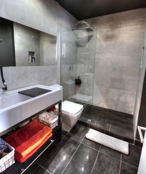 ванная в стиле лофт с серой плиткой