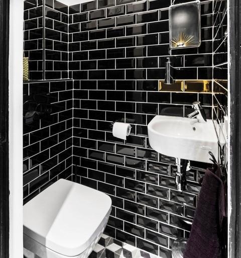угловая раковина в туалете