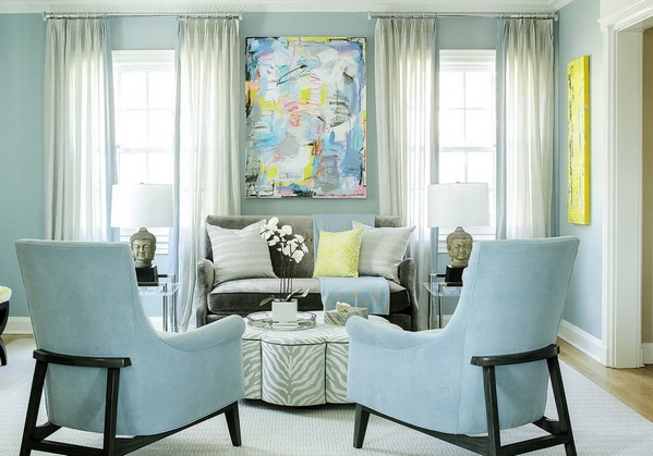 диван между двумя окнами