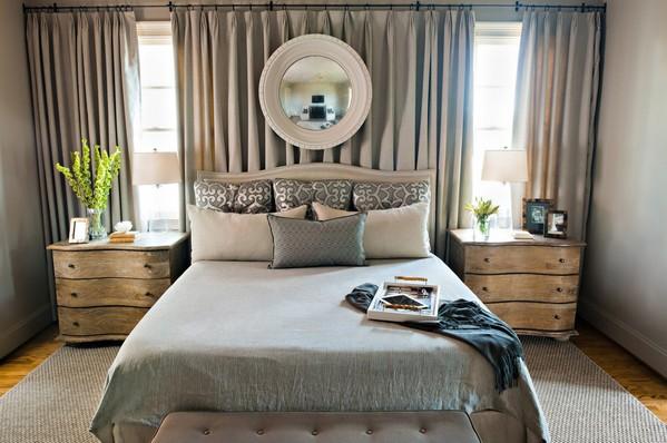кровать между двумя окнами