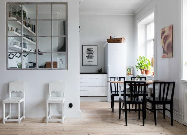 обеденный стол между окнами