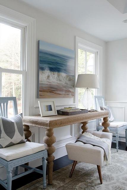 столик между окнами