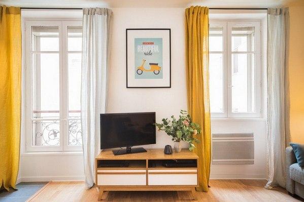 телевизор между окнами