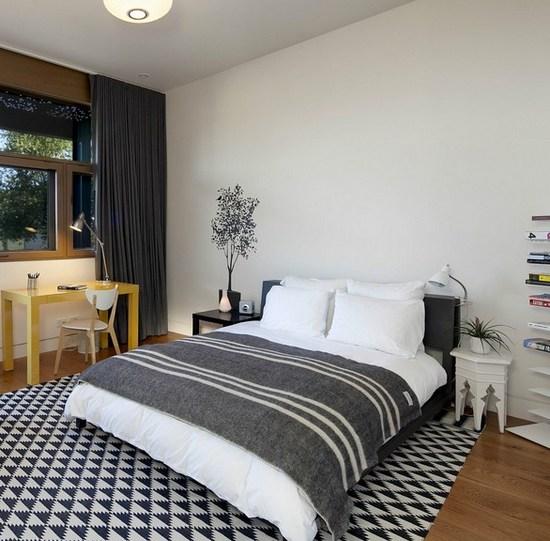 черно-белый ковер в спальне