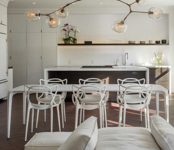 белые пластиковые стулья в интерьере