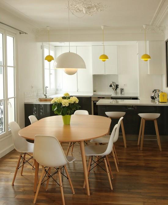 пластиковые стулья на кухне