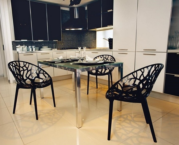 черные пластиковые стулья на кухне