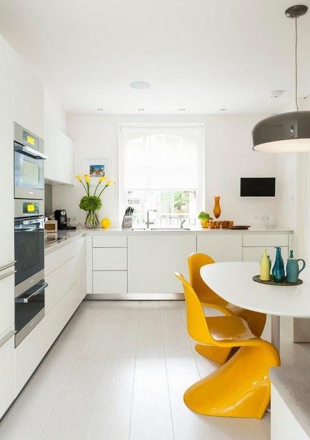 желтые пластиковые стулья на кухне