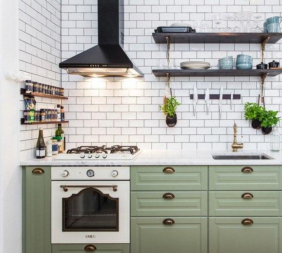 черная вытяжка на кухне