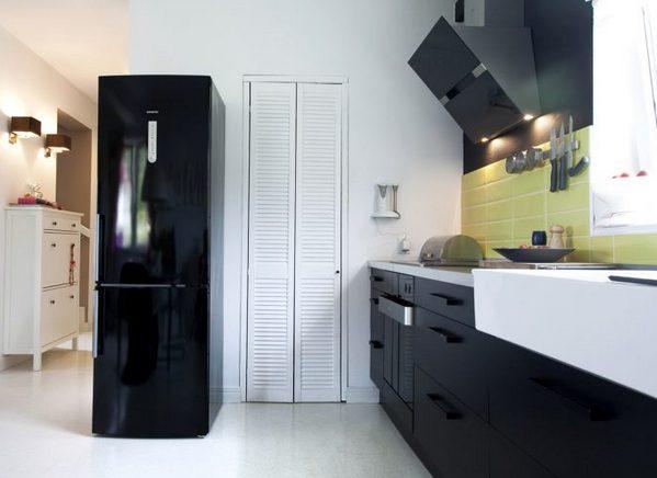 черный холодильник на черной кухне