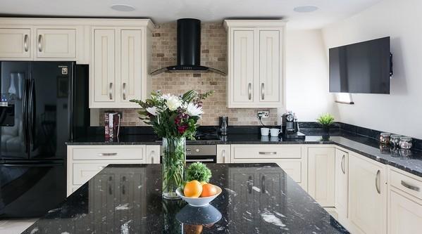 черная техника на светлой кухне