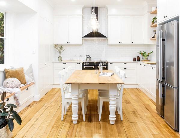 черная плита и вытяжка на кухне