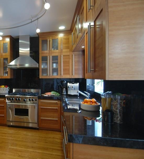 черная столешница на кухне