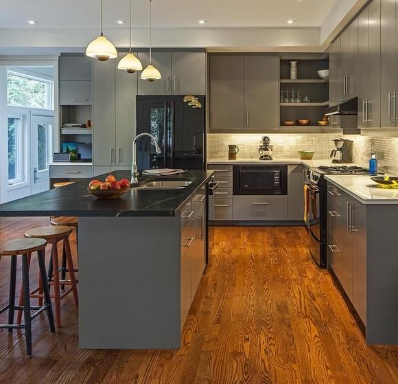 черная столешница на серой кухне