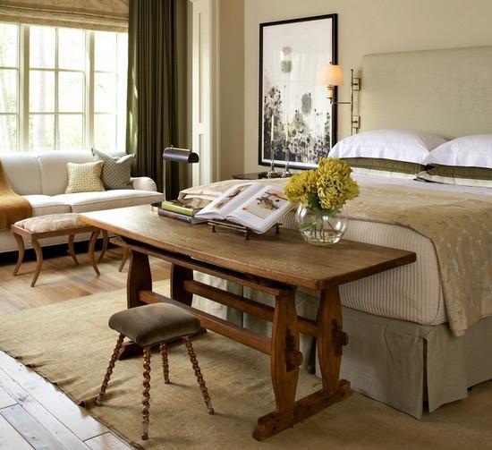 рабочий стол в изножье кровати
