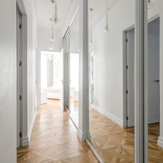 большой зеркальный шкаф в коридоре