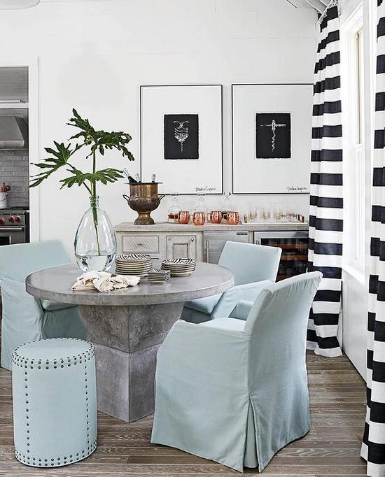 черно-белые полосатые шторы в интерьере