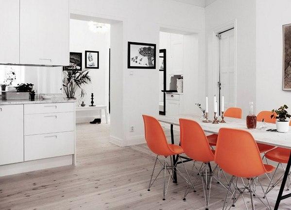 оранжевые акценты в белом интерьере