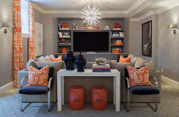 серый интерьер с оранжевыми акцентами