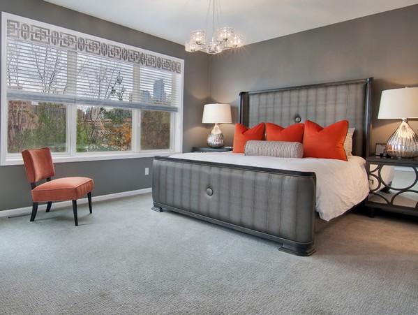 оранжевые акценты в серой спальне