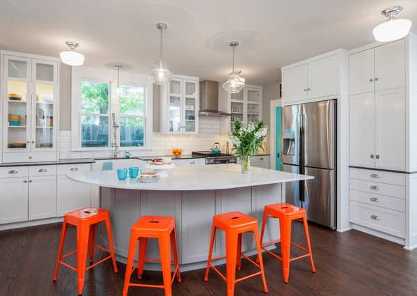 оранжевые акценты в белой кухне