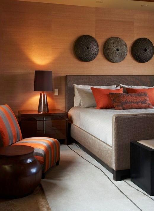 оранжевые акценты в коричневой спальне