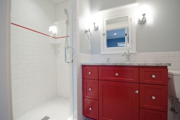 Красная тумба в ванной