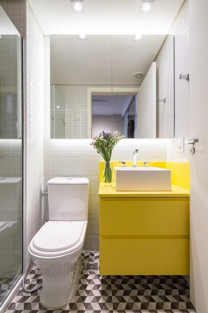желтая тумба с раковиной в ванной
