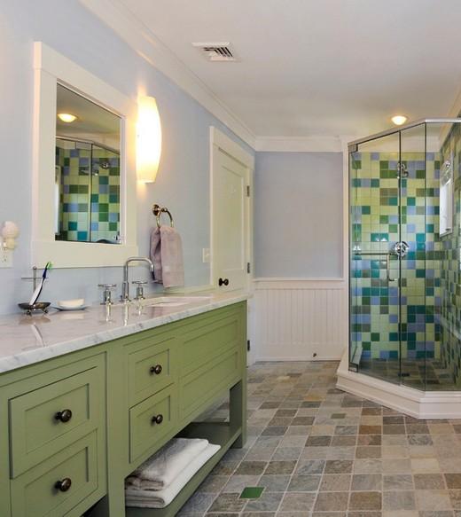 зеленая тумба с раковиной в ванной