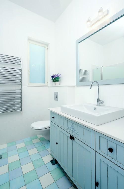 голубая тумба с раковиной в ванной