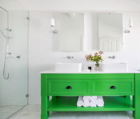 яркая тумба с раковиной в ванной
