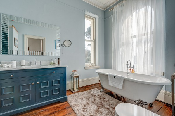 синяя тумба с раковиной в ванной