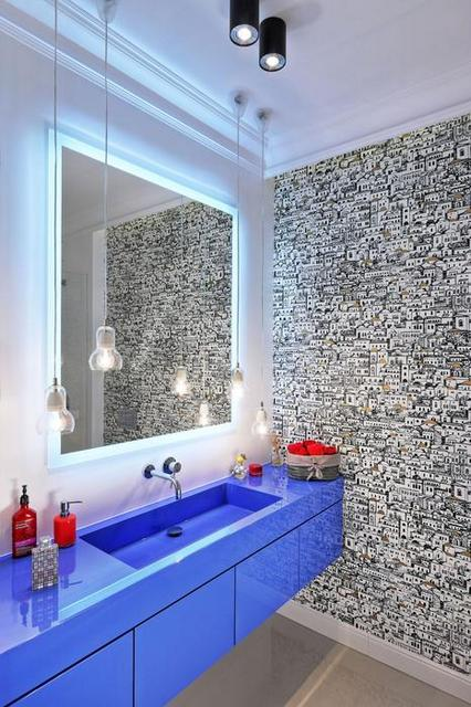 цветная тумба с раковиной в ванной