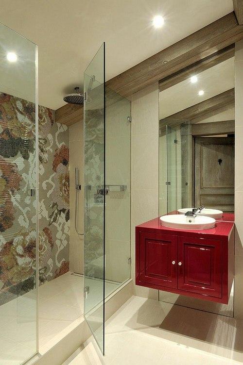 красная тумба с раковиной в ванной