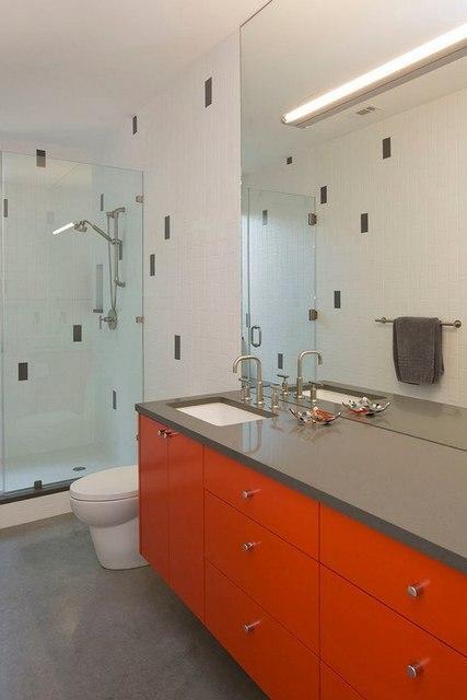 оранжевая тумба в ванной