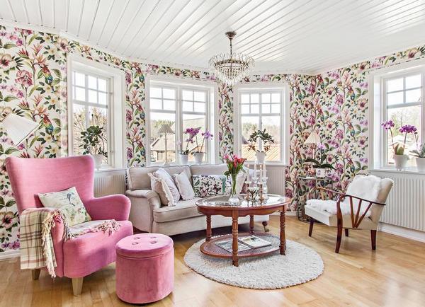 Цветочные обои в гостиной