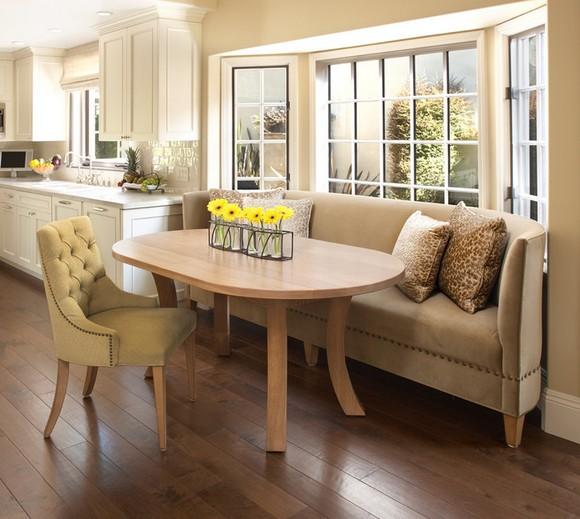 диван на кухне под окном