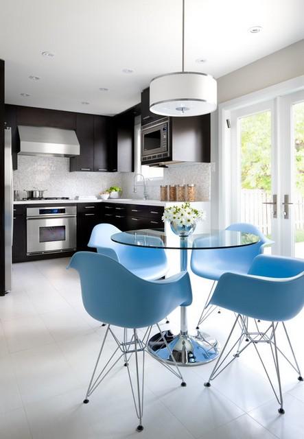 цветные стулья на кухне