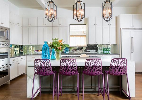 яркие стулья на белой кухне