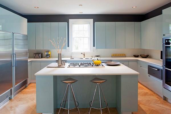 кухня с серо-голубыми фасадами