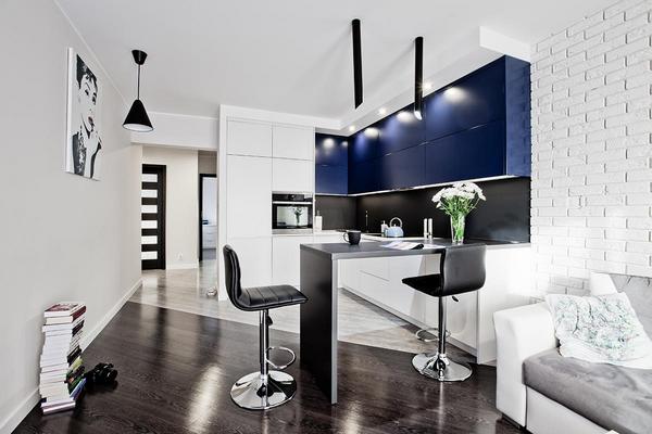 синие акцентные фасады на кухне